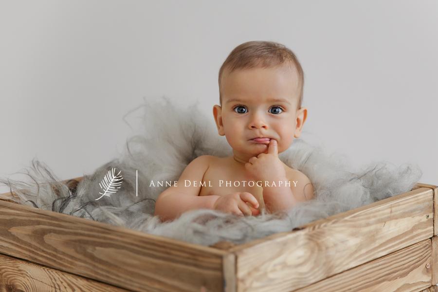 niedliche_babyfotos_baby_acht_monate_babyshooting_muenchen_anne_deml_fotografie_babybilder_fotostudio_professionell_einzigartig_liebevoll_leon_1