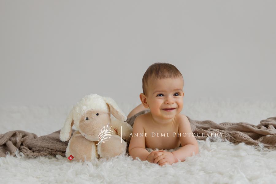 niedliche_babyfotos_baby_acht_monate_babyshooting_muenchen_anne_deml_fotografie_babybilder_fotostudio_professionell_einzigartig_liebevoll_leon_18