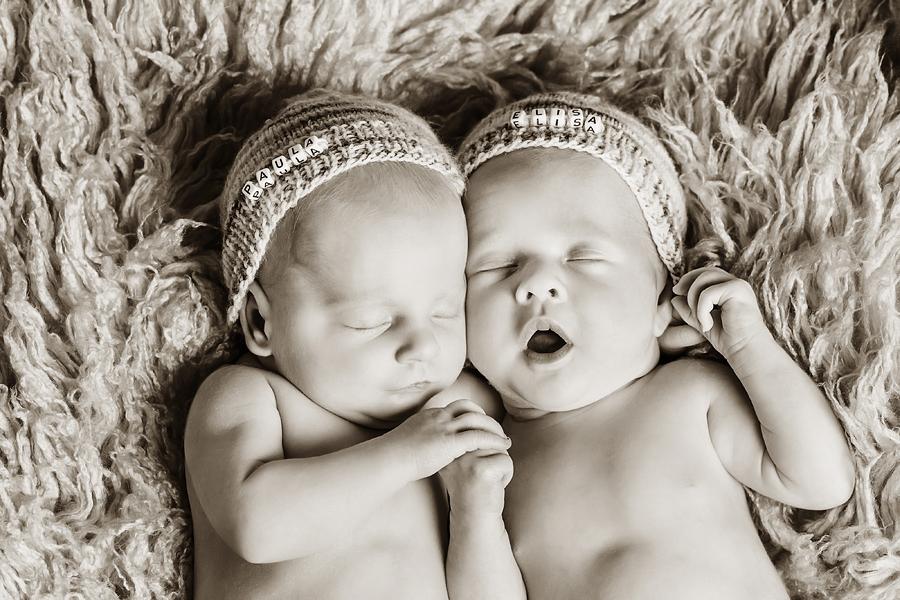 müdes Zwillingspärchen