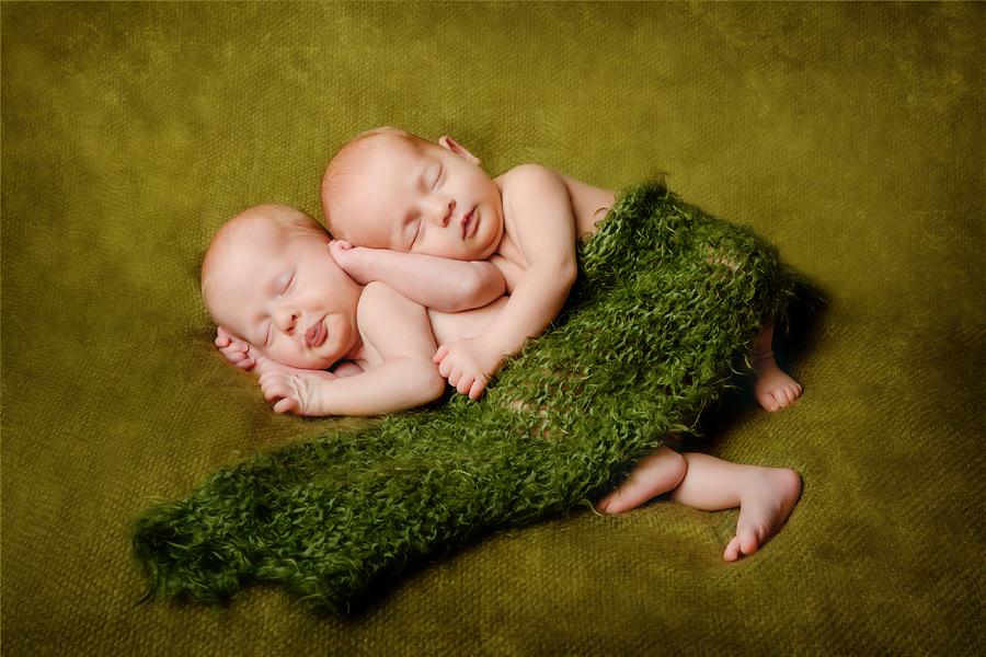 zarte Zwillinge im Fotostudio