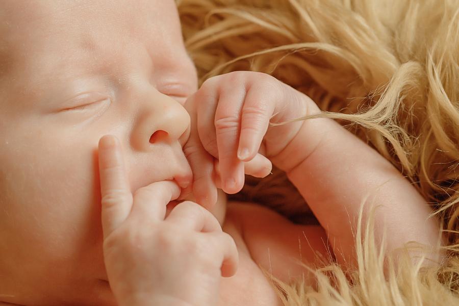 nuckelndes Baby
