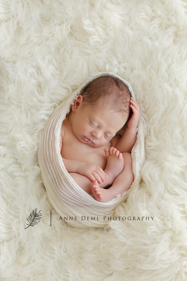 niedliche-babyfotos-babyfotograf-muenchen-fotostudio-fuer-babyfotografie-geburt-neugeborene-19