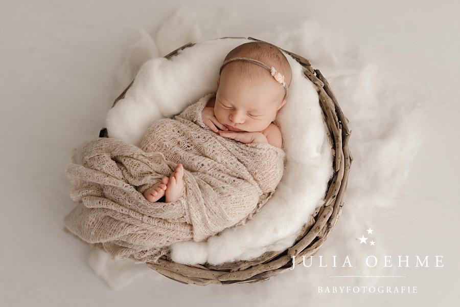 neugeborenes eingekuschelt in korb fotoshooting leipzig julia oehme